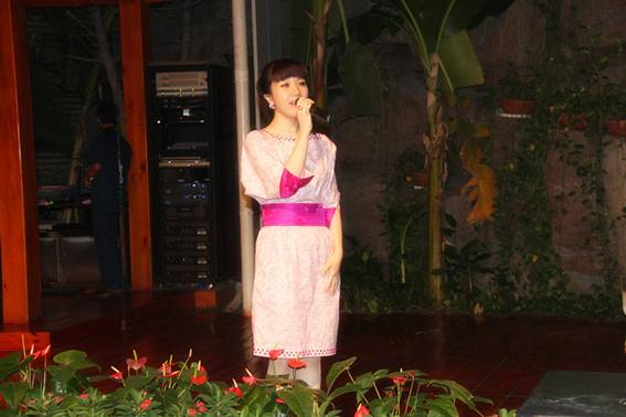 著名歌手胡杨林九尊食上激情放歌